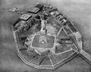 Bedloe's Island in den 20er Jahren. Ganz vorn erkennt man schwach die mittlerweile nicht mehr armierte Batterie.